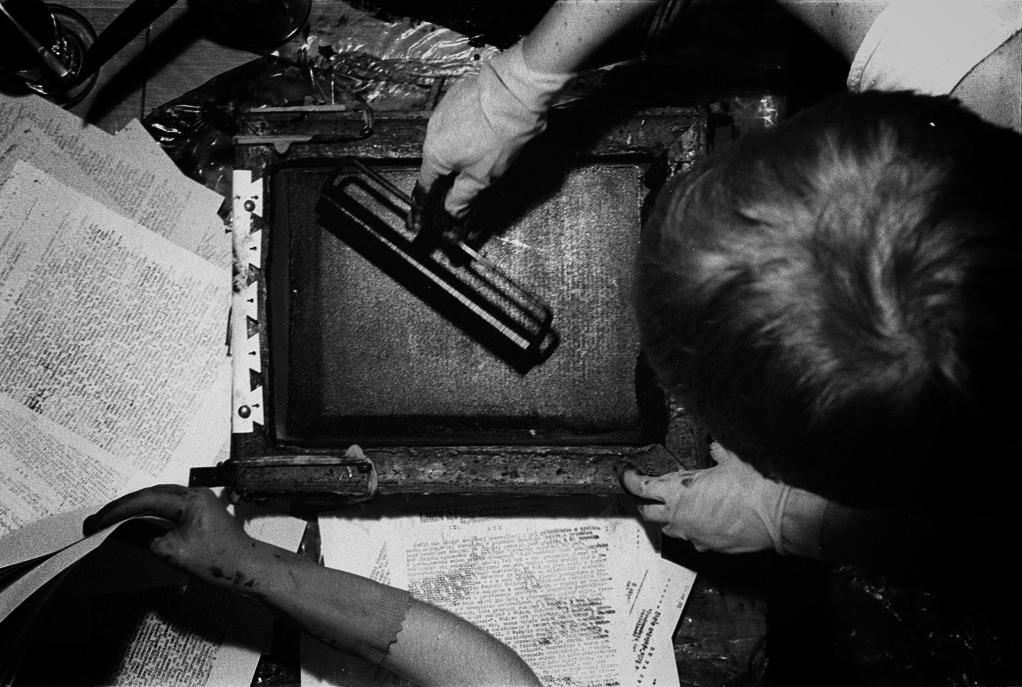 WROCLAW 1983 PODZIEMNA DRUKARNIA SOLIDARNOSCI WALCZACEJ N/Z OD LEWEJ MARYLA RYBARSKA LUDWIKA OGORZELEC NR IMWENTARZOWY W ARCHIWUM OPIP: FDEM-28